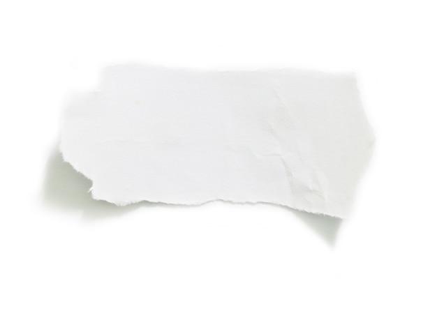 Carta strappata su sfondo bianco e copia spazio per il design nel tuo lavoro