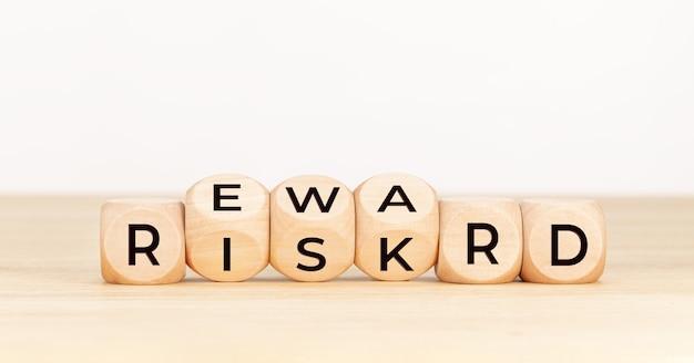 Concetto di ricompensa del rischio. blocco di legno con testo sul tavolo.