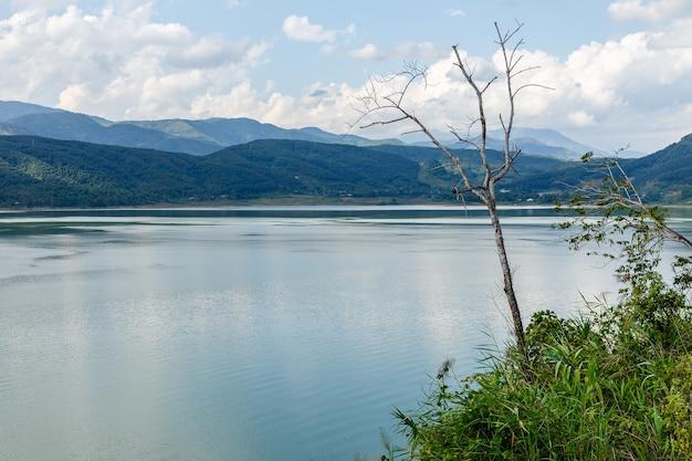 Fiume contro le montagne e il cielo nuvoloso, provincia di nam na river lai chau vietnam.