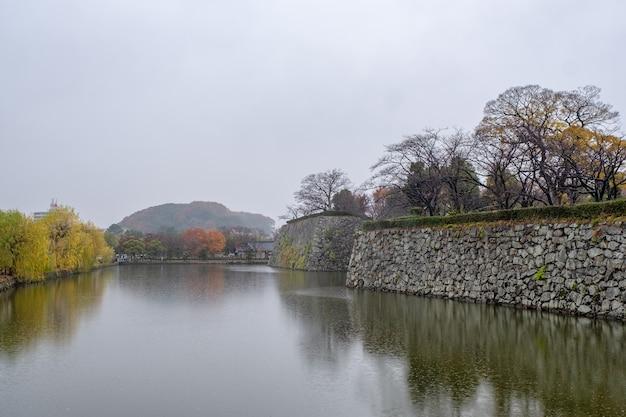 Il fiume intorno alle mura del castello di himeji in autunno