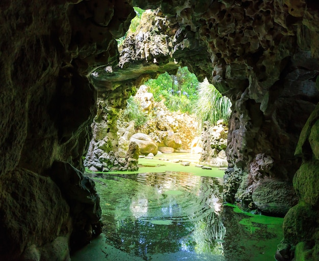 Fiume nelle grotte