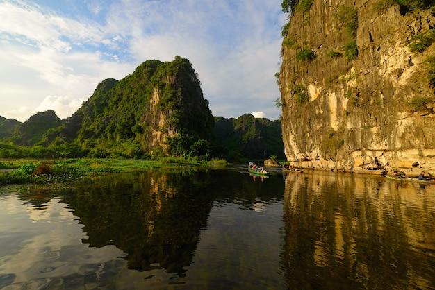 Fiume che striscia attraverso le catene montuose carsiche nella regione di ninh binh vietnam