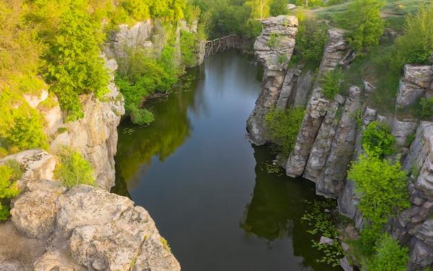 Fiume in un profondo canyon di pietra nel villaggio di buky, regione di cherkasy, ucraina.