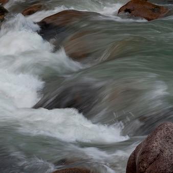 Fiume che scorre attraverso le rocce, whistler, british columbia, canada