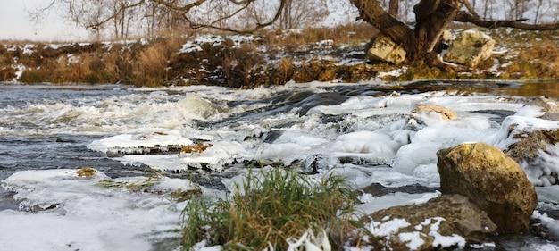 Ghiaccio del fiume. fiume in inverno. torrente invernale.
