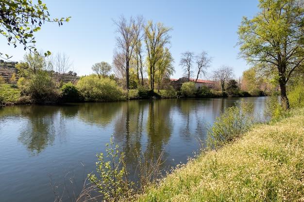 Il fiume jerte che attraversa la città di plasencia a caceres extremadura