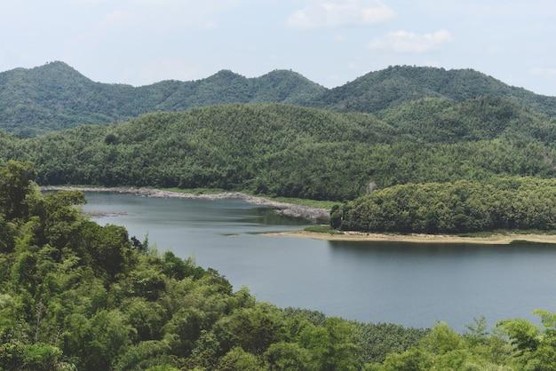 Lago lagunare fluviale con acqua blu foresta verde bellissimo ambiente fresco paesaggio giungle lago, foresta fluviale natura area boschiva albero verde