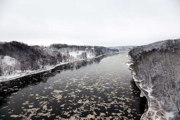 Il fiume neman in una stagione invernale. bielorussia. città grodno