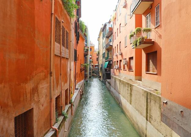 Il fiume reno scorre lungo i canali di bologna, italia.