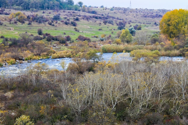 Bug meridionale del fiume in ucraina in autunno