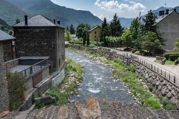Fiume attraverso il villaggio