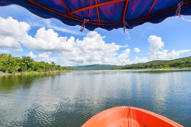 Vista sul fiume da piccole barche con acqua di fiume natura cielo blu in thailandia, barca da pesca