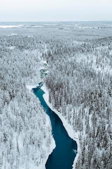 Un fiume in inverno nel parco nazionale di oulanka, finlandia