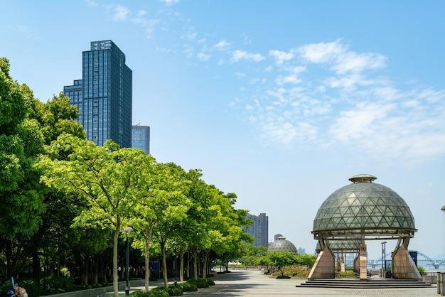 Riverside park e skyline della città a hangzhou, cina