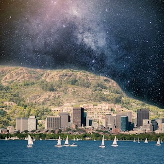 Riverside con vista di ammassi di stelle dietro la montagna collage con tema cosmo e astronomia