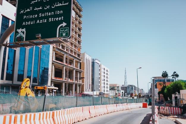 Riyadh, arabia saudita - 6 novembre 2019: processo di costruzione del treno della metropolitana nella città di riyadh. edifici e stazione della metropolitana in costruzione.