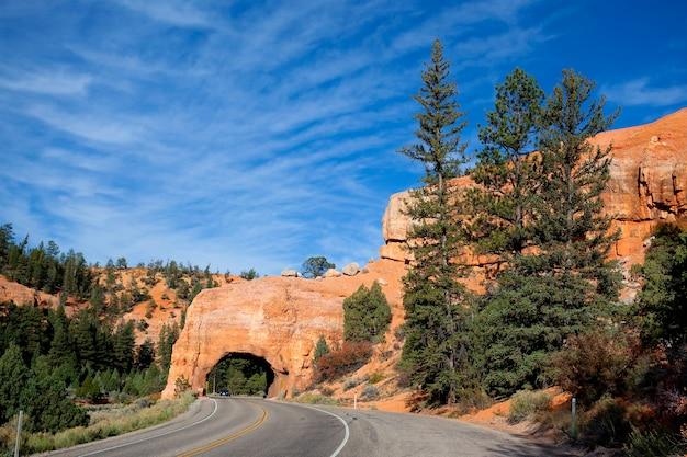 Strada per il parco nazionale di bryce canyon attraverso un tunnel nella roccia