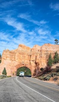 Strada per il parco nazionale di bryce canyon con camion Foto Premium