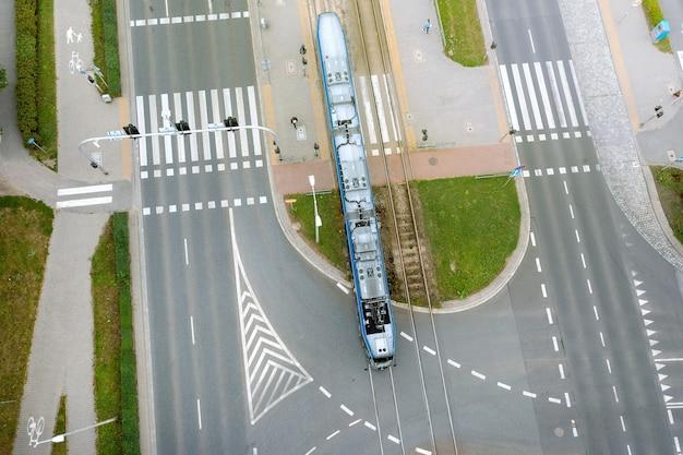 Una strada della città con una vista dall'alto, tram e automobili passano lungo la strada, polonia, wroclaw