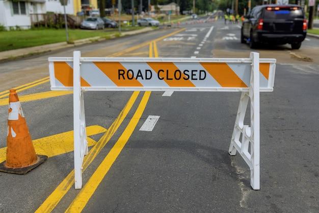 Segnale di avvertimento di sicurezza stradale chiuso sulle barriere stradali su un'autostrada stradale americana con sito di lavori di costruzione di miglioramento