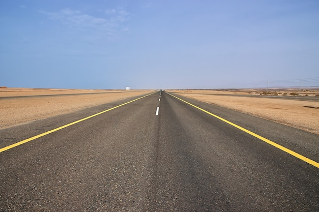 La strada sulla costa del mar rosso
