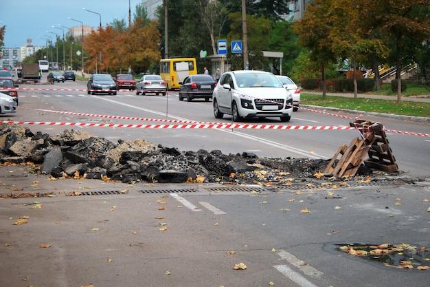 Una costruzione stradale ostacola il traffico in una città