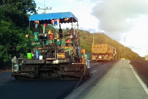 Macchine per costruzioni stradali lavoratori alla guida di veicoli per la manutenzione stradale