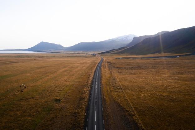 Strada in campagna in una giornata nebbiosa ripresa da un drone