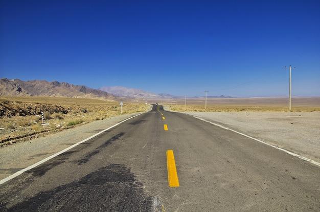 Strada nel deserto dell'iran al villaggio di abyaneh