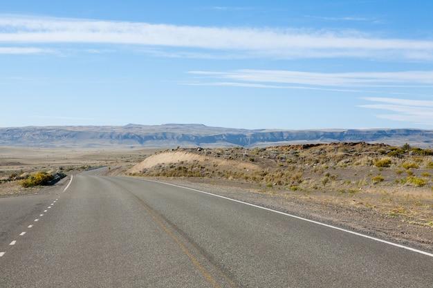 Strada per el chalten, viaggio in patagonia, argentina vista prospettica della strada asfaltata