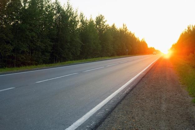 La strada la sera al tramonto.