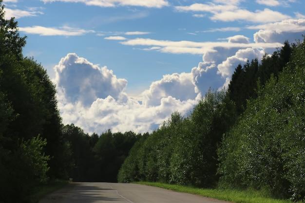 Strada nel campo paesaggio nuvoloso