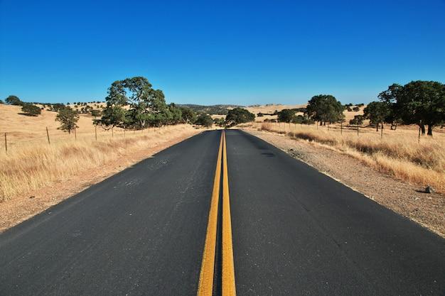 Strada sui campi della california, stati uniti d'america