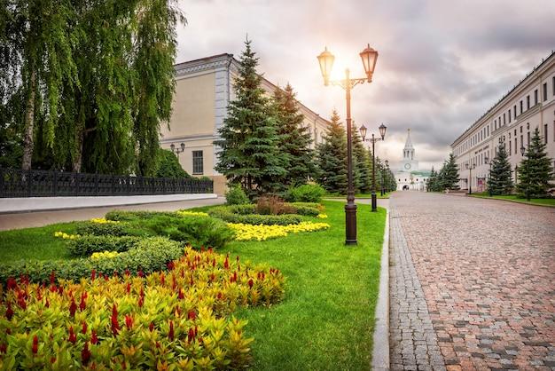 La strada dai blocchi di pietra alla torre spasskaya nel cremlino di kazan e bellissimi fiori