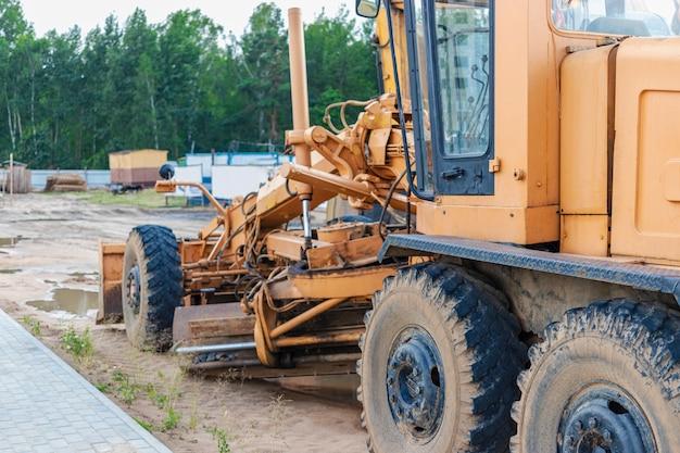 Livellatrice stradale - attrezzatura pesante per la costruzione di strade e lavori di sterro. livellamento e miglioramento della superficie del terreno. costruzione di strade e comunicazioni di trasporto.