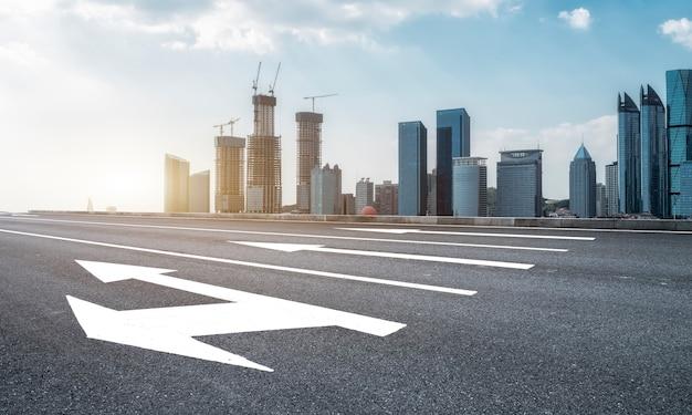 Orizzonte del paesaggio architettonico moderno e del terreno stradale della città cinese