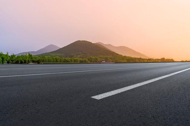 Fondo stradale e paesaggio naturale all'aperto