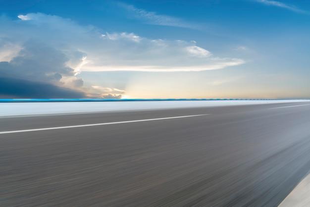 Paesaggio di nuvole di terra e cielo stradale