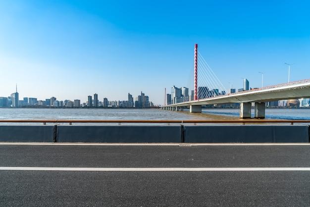 Orizzonte degli edifici della città moderna di hangzhou e della strada