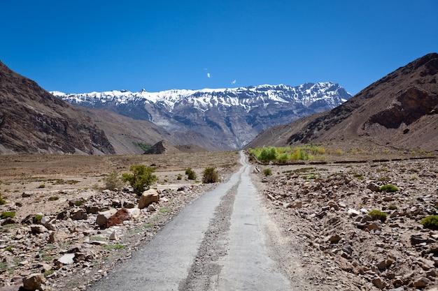 Strada in himalaya
