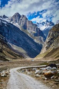 Strada nella valle di lahaul, india