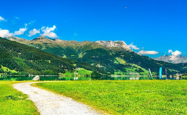 Strada al lago di resia in alto adige, alpi italiane
