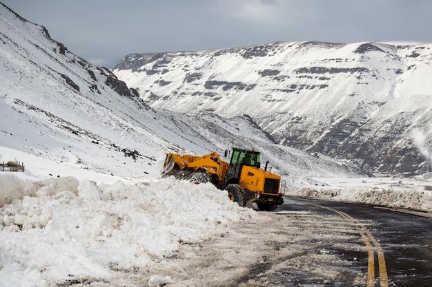 Macchina da strada con catene, rimozione della neve nelle ande.