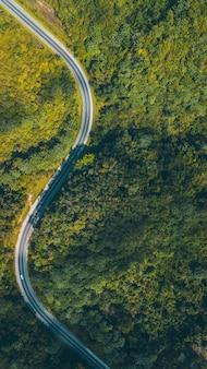 Strada in mezzo alle montagne riprese con i droni