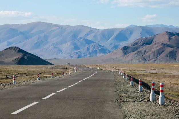 La strada in mongolia, montagne deserte. viaggiare in asia.