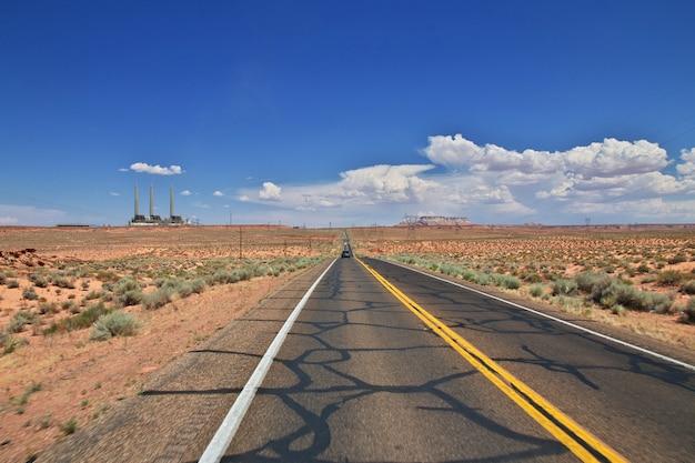 Strada nel deserto del nevada