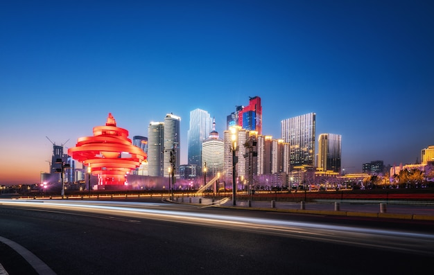 Vista stradale e notturna dell'architettura urbana di qingdao