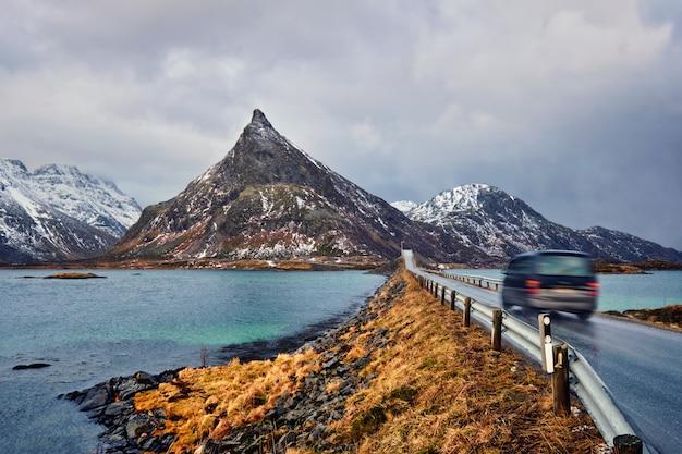 Strada in norvegia con ponte