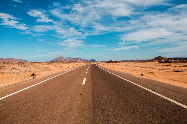Strada nel deserto del sahara d'egitto