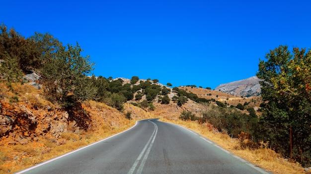 Una strada tra il mare e le montagne dell'isola di creta, in grecia